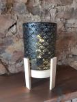 Schwarze Metall-Lampe auf Holzfüßen
